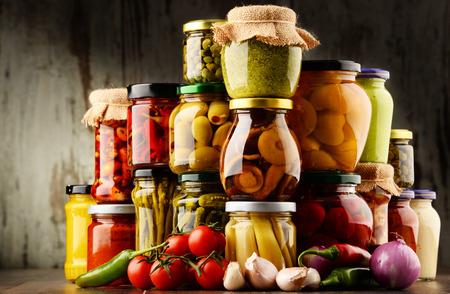 Gläser mit eine Vielzahl von eingelegtem Gemüse. Konserve Standard-Bild - 69431960