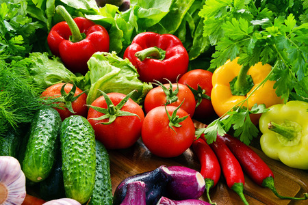alimentacion balanceada: Composition with variety of fresh organic vegetables and fruits.