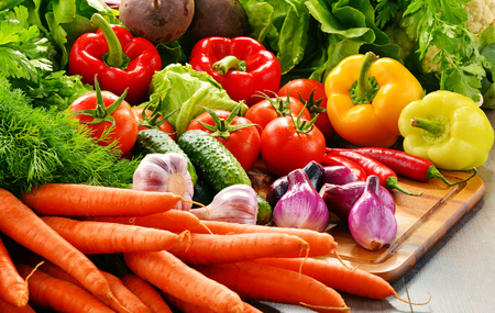 produits alimentaires: Composition with variety of fresh organic vegetables and fruits.