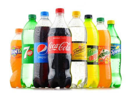 Poznan, Polen - 18 januari 2017: Global frisdrank markt wordt gedomineerd door merken van enkele multinationale ondernemingen opgericht in Noord-Amerika. Onder hen zijn Pepsico, Coca Cola en Dr. Pepper Snapple Group