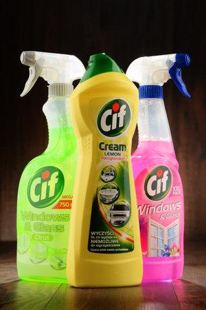 POZNAN, POLOGNE - JAN 19, 2017: Cif est une marque de produits de nettoyage domestique fabriqués par Unilever, une société multinationale britanno-néerlandaise de biens de consommation. Banque d'images - 70406018