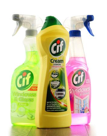 POZNAN, POLOGNE - JAN 19, 2017: Cif est une marque de produits de nettoyage domestique fabriqués par Unilever, une société multinationale britanno-néerlandaise de biens de consommation. Banque d'images - 70406021