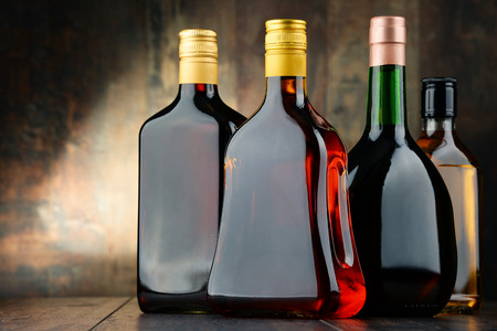 bebidas alcohÓlicas: Composition with bottles of assorted alcoholic beverages.