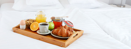 king size: Breakfast in bed in hotel room. Accommodation.