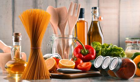 各種食料品、テーブルの上の食器のコンポジション 写真素材