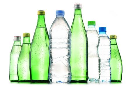 Samenstelling met verschillende soorten flessen die mineraalwater bevatten dat op wit wordt geïsoleerd