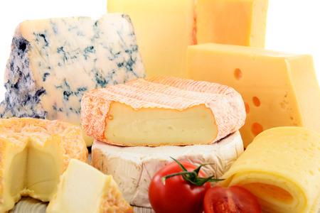 Diversi tipi di formaggio isolato su sfondo bianco.