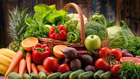 alimentacion balanceada: Composition with assorted raw organic vegetables. Detox diet