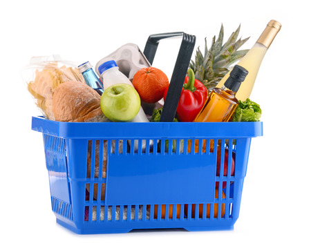 alimentacion balanceada: Plastic shopping basket with assorted grocery products isolated on white Foto de archivo