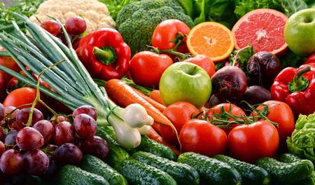 alimentacion balanceada: Composición con los vehículos orgánicos crudos surtidos. dieta de desintoxicación Foto de archivo