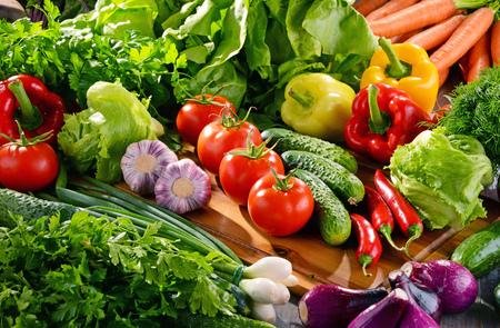alimentacion balanceada: Composición con variedad de verduras orgánicas frescas y frutas.