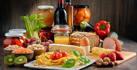 Composition avec une variété de produits alimentaires biologiques sur la table de cuisine Banque d'images - 75570700