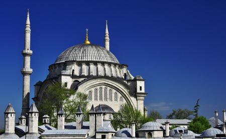 sunni: Nuruosmaniye Mosque in Istanbul, Turkey.