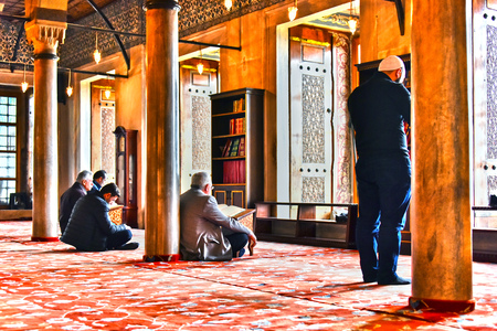 sunni: ISTANBUL, TURKEY - APR 23, 2017: Men praying in Sultan Ahmed Mosque or Blue Mosque in Istanbul, Turkey Editorial