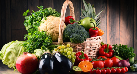 alimentacion balanceada: Composition with assorted raw organic vegetables and fruits. Detox diet