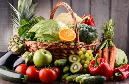alimentacion balanceada: Composición con una variedad de verduras orgánicas crudas y fuits. Dieta de desintoxicación