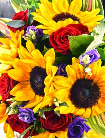 Composición con ramo de flores, incluyendo girasoles y rosas Foto de archivo - 79181233