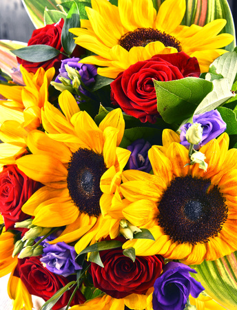Composition with bouquet of flowers including sunflowers and roses Zdjęcie Seryjne