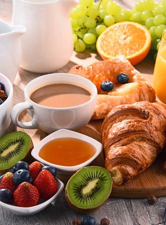 朝食はコーヒー、オレンジ ジュース、クロワッサン、シリアル、フルーツ添え。バランスの取れた食事。 写真素材 - 80751931