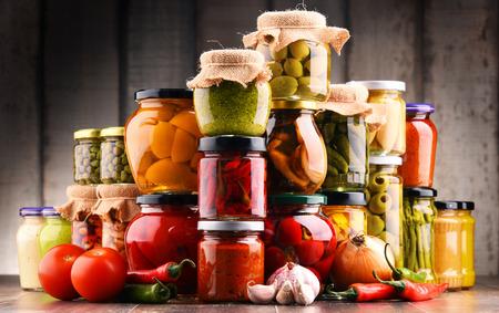 様々 な野菜のピクルスの瓶。保存食