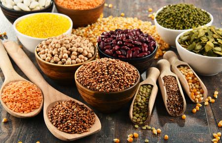 Composition avec la variété des ingrédients alimentaires végétariens. Banque d'images - 80701011