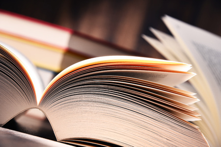 Samenstelling met open boek op de tafel. Stockfoto