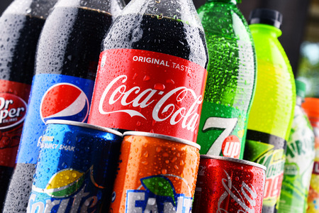 cola canette: POZNAN, POLAND - MAY 19, 2017: Global soft drink market is dominated by brands of few multinational companies founded in North America. Among them are Pepsico, Coca Cola and Dr. Pepper Snapple Group