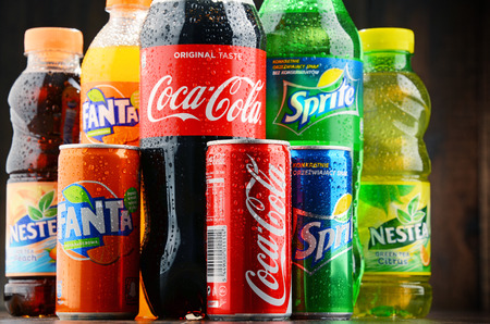 cola canette: POZNAN, POLAND - JAN 19, 2017: Flagship products of Coca Cola Company, American multinational beverage corporation,  headquartered in Atlanta, Georgia, USA Éditoriale
