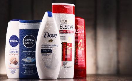 POZNAN, POLEN - 21 JULI 2017: De wereldwijde cosmetica- en parfumindustrie gedomineerd door een klein aantal multinationale ondernemingen genereerde een geschatte jaarlijkse omzet van US $ 170 miljard in 2007