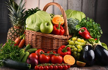 Composición con una variedad de verduras y frutas crudas orgánicas. Dieta de desintoxicación