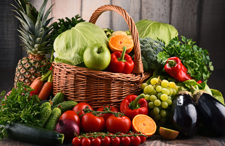 alimentacion balanceada: Composición con una variedad de verduras y frutas crudas orgánicas. Dieta de desintoxicación Foto de archivo