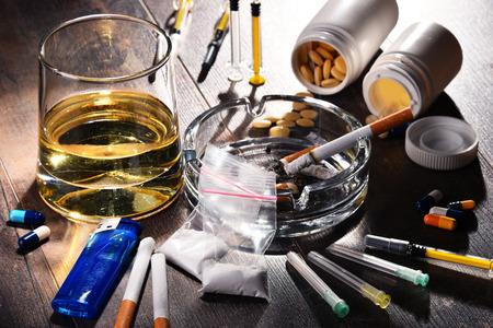 Sustancias adictivas, incluyendo alcohol, cigarrillos y drogas. Foto de archivo