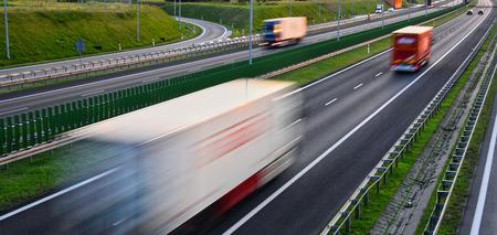 Vrachtwagens op vierbaans gecontroleerde toegangsweg in Polen. Stockfoto