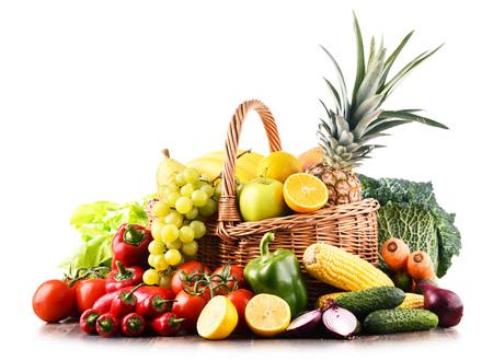 Composición con variedad de verduras y frutas crudas. Dieta equilibrada Foto de archivo