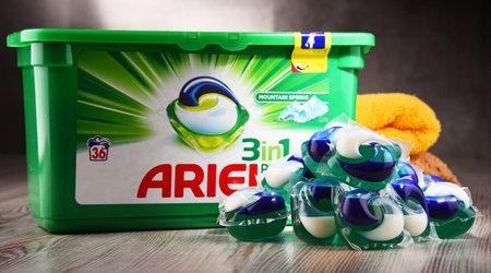 POZNAN, POLEN - OCT 4, 2017: Ariel is een wasmiddelproduct het vlaggenschipmerk van het Procter & Gamble-bedrijf met hoofdkantoor in Cincinnati, Ohio, VS. Redactioneel