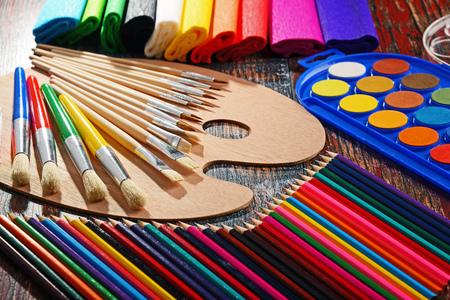Samenstelling met schoolaccessoires voor het schilderen en tekenen.