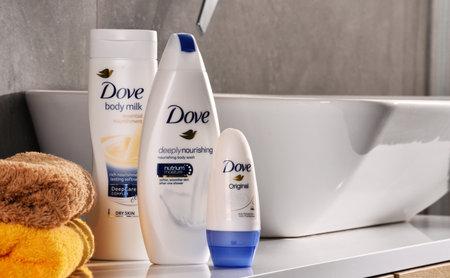 POZNAN, POLEN - NOV 10, 2017: Dove-producten, een merk voor persoonlijke verzorging, eigendom van Unilever en verkocht in meer dan 80 landen Redactioneel