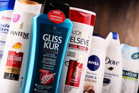 POZNAN, POLEN - 7 DEC 2017: Flessen van wereldwijde lichaamsverzorgingsproducten; de wereldwijde cosmetica- en parfumindustrie genereerde in 2007 een geschatte omzet van US $ 170 miljard Redactioneel
