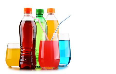 Glazen en flessen geassorteerde sprankelende frisdranken die op wit worden geïsoleerd Stockfoto - 93053273