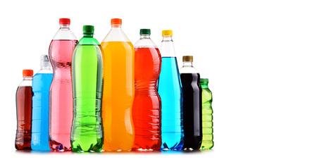 Plastic flessen van diverse koolzuurhoudende frisdranken op witte achtergrond
