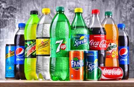 POZNAN, POLEN - 6. APRIL 2018: Flaschen der globalen Erfrischungsgetränkemarken einschließlich der Produkte der Coca Cola Company und des Pepsico
