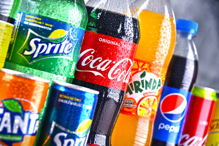POZNAN, POLEN - 6. APRIL 2018: Flaschen der globalen Erfrischungsgetränkemarken einschließlich der Produkte der Coca Cola Company und des Pepsico Editorial
