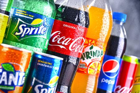 POZNAN, POLOGNE - 6 avril 2018: bouteilles de marques mondiales de boissons gazeuses, y compris les produits de Coca Cola Company et Pepsico Éditoriale
