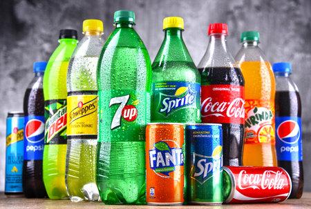 POZNAN, POLONIA - 6 DE ABRIL de 2018: Botellas de marcas mundiales de refrescos, incluidos productos de Coca Cola Company y Pepsico