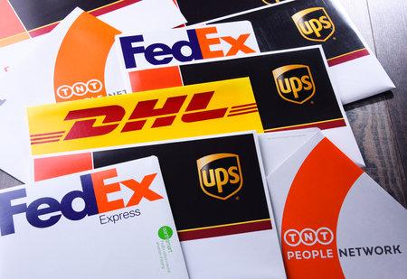 POZNAN, POL - 26 APRILE 2018: buste di 4 servizi di corriere popolari nel mondo: UPS, FedEx, DHL e TNT