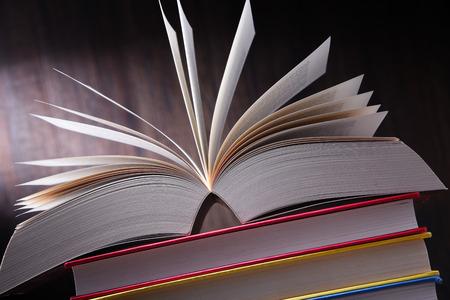 Samenstelling met open boek op tafel.