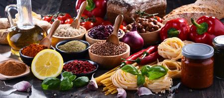 Composition avec un assortiment de produits alimentaires biologiques sur la table. Banque d'images - 103533740