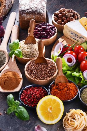 Composition avec un assortiment de produits alimentaires biologiques sur la table. Banque d'images - 103533768