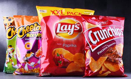 POZNAN, POLEN - 15. JUNI 2018: Pakete populärer Marken von Imbissartikeln einschließlich Lays, Crunchips und Cheetos