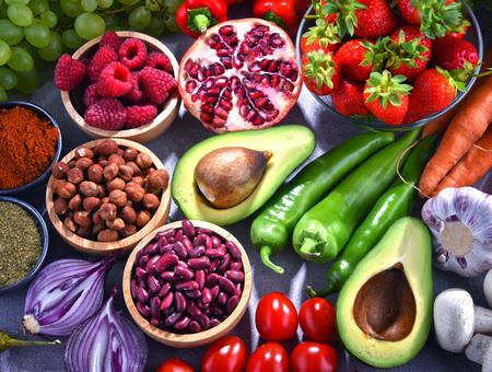 Composition avec des produits d'épicerie végétariens frais. Banque d'images - 105310541